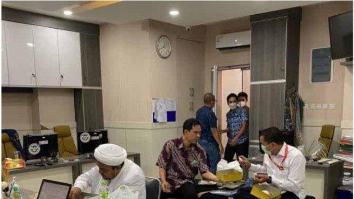 Habib Rizieq Shihab makan di kantor polisi.