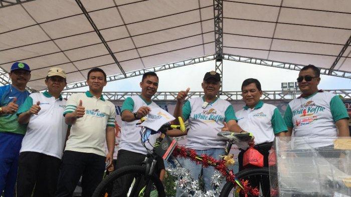 Sekda Bagikan Hadiah Sepeda di Jalan Sehat Tribun Jambi bersama Luwak White Koffi