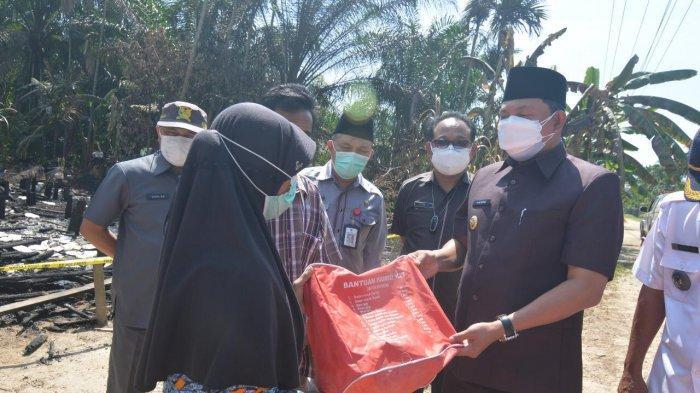 Datangi Lokasi Kebakaran, Wakil Bupati Tanjab Barat Hairan Beri Bantuan ke Korban