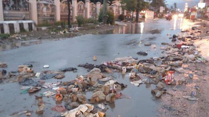 Hujan Deras Sebabkan Banjir dan Menimbulkan Tumpukan Sampah di Hamparan Rawang