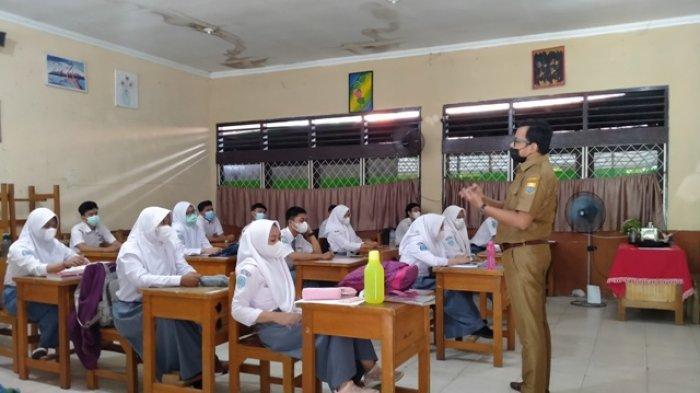 Hari Pertama PTM di SMAN 5 Kota Jambi, Siswa Awali dengan Bersih-bersih Kelas