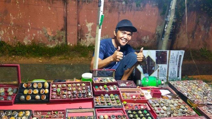 Pendapatan Penjual Batu Akik di Depan Kuburan Cina Kota Jambi Menurun 65 Persen
