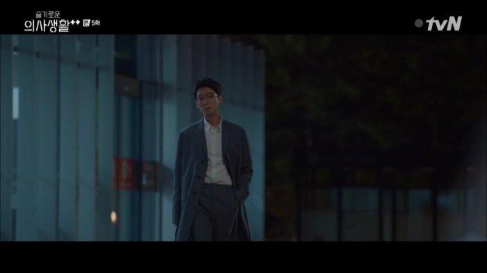 Preview Hospital Playlist 2 Episode 6: Kepedihan Ik Sun Melihat Jun Wan dari Jauh