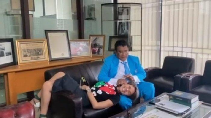 Sambil Rebahan Manja di Paha Hotman Paris, Nikita Mirzani Menghayal Punya Anak 10 dari Hotman Paris