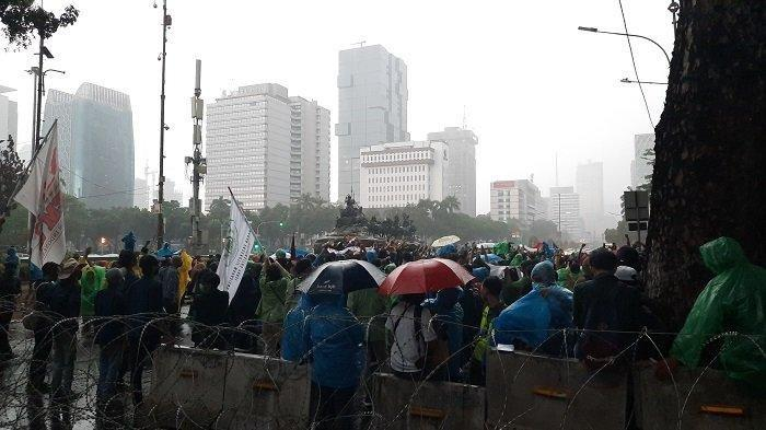 Mahasiswa BEM SI unjuk rasa di depan Gedung Sapta Pesona, Gambir, Jakarta Pusat, Jumat (16/10/2020)