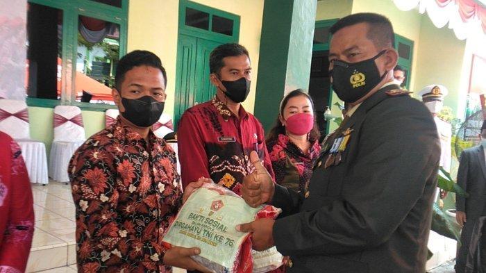 HUT TNI ke-76, Kodim 0419/Tanjab Beri Bantuan 1,5 Ton Beras ke Warga Terdampak Covid-19