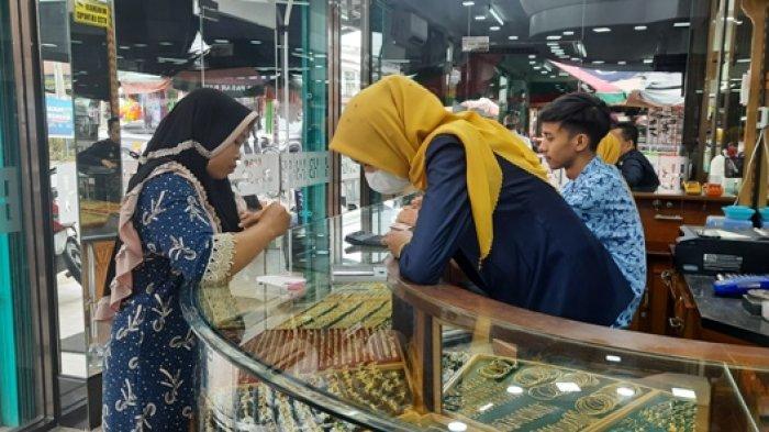 Ibu-ibu sedang membeli Emas