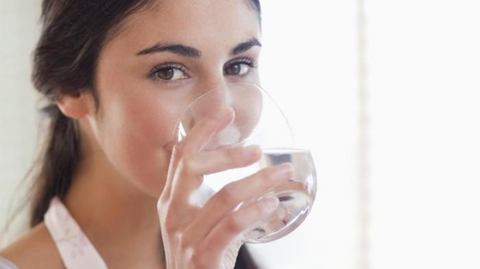 ilustrasi meminum air putih