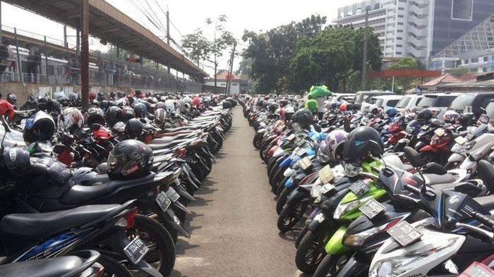 PRIA Thailand yang Kaya Raya Pagari Keliling Kediamannya dengan Puluhan Sepeda Motor Berkelas