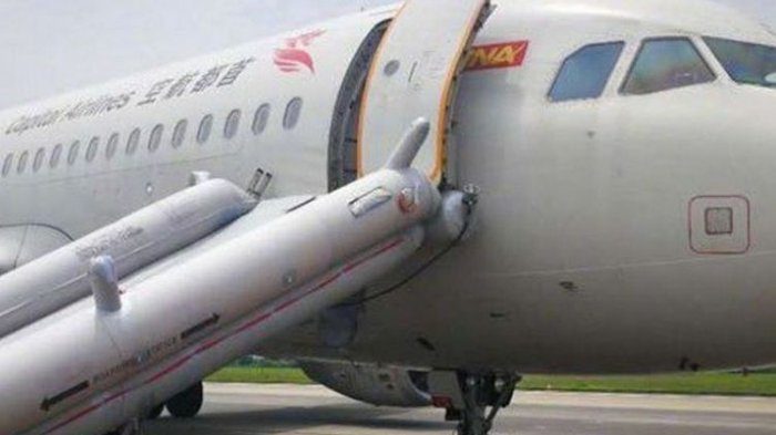SEORANG Penumpang Wanita Terjebak di Toilet, hingga Pesawat United Airlines Mendarat Darurat