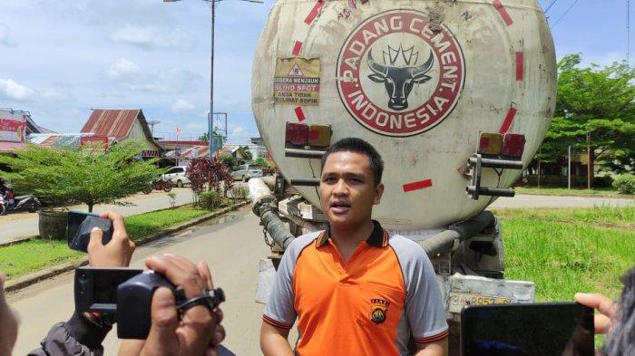Tersesat di Pusat Kota Muara Sabak, Truk Semen Tabrak Kabel Indohome, Dua Orang Terjatuh