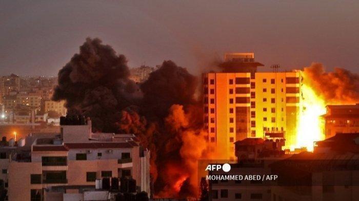 Serangan Israel ke kompleks Hanadi di Kota Gaza yang dikendalikan Hamas, Palestina, Selasa (11/5/2021).