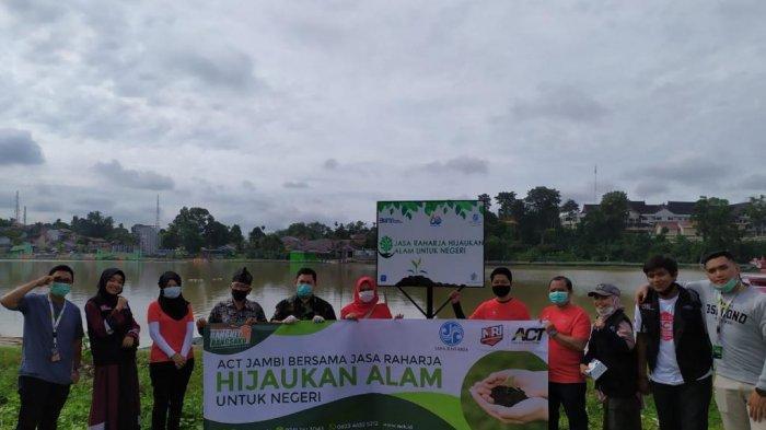 Sambut Usia Baru, Jasa Raharja Jambi Tanam Bibit Pohon di Danau Sipin