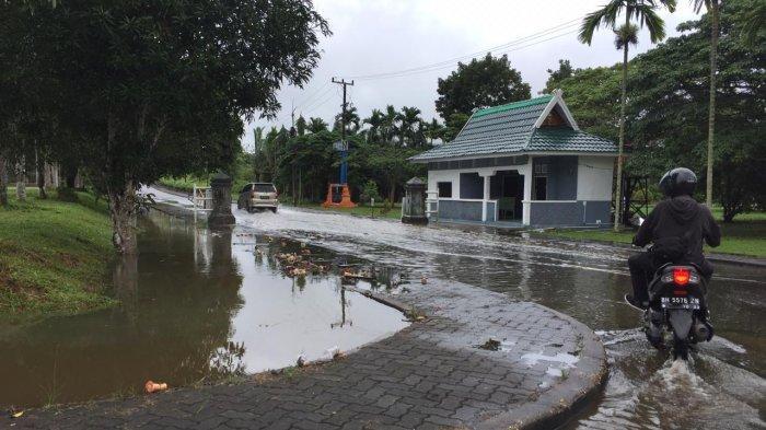 Musim Hujan, Muncul Kolam Dadakan di Kantor Bupati Muarojambi