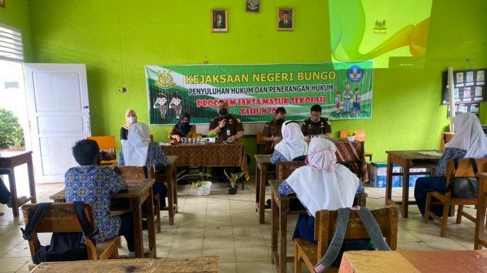 Jaksa Kejari Bungo Masuk Sekolah, Ikhsan: Harapannya agar Anak-anak Sekolah Dapat Memahami Hukum