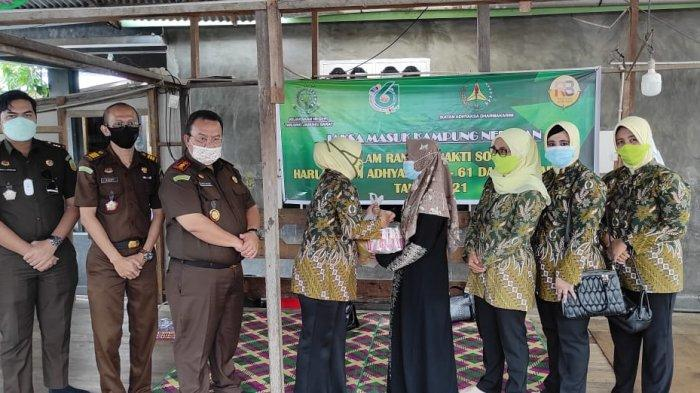 Jaksa Masuk Kampung Nelayan, Program Kejari Tanjab Barat Berikan Edukasi Hukum Hingga Bantuan
