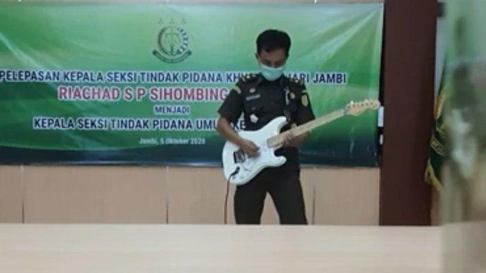 Jaksa di Jambi Gila-gilaan Main Gitar di Youtube, Jadi 'Jaksa Rock'