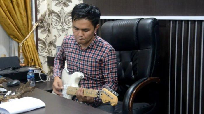 Jaksa Rock - Seorang jaksa di Jambi bernama Rusydi Sastrawan, Kasi Intelijen Kejari Jambi, piawai main gitar.
