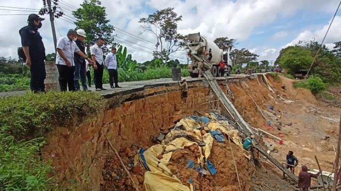 Pengerjaan Jalan Lintas Sarolangun-Tembesi yang Hampir Putus Dinilai Lamban, Pemkab Geram