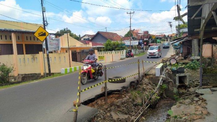 Penampakan Jalan Ambrol di Kawasan Pakuan Baru, Sampai Memakan Korban Hingga Mobil Masuk Parit