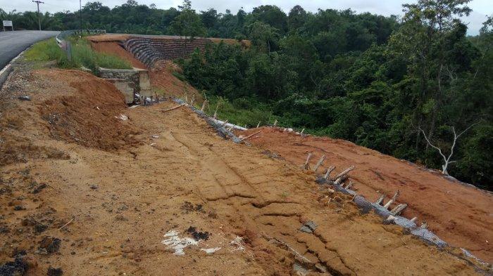Jalan Nasional Baru Saja Dibangun, sudah Ada Bagian Longsor, Tak Ada Pekerja Setelah Tahun Baru