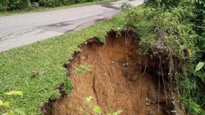 Pengendara Diminta Berhati-hati, Jalan Penghubung ke Kecamatan Bathin III Nyaris Putus