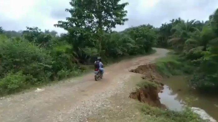 Jalan Penghubung Tiga Desa di Tebo Ilir Amblas, Aktivitas Warga Terganggu