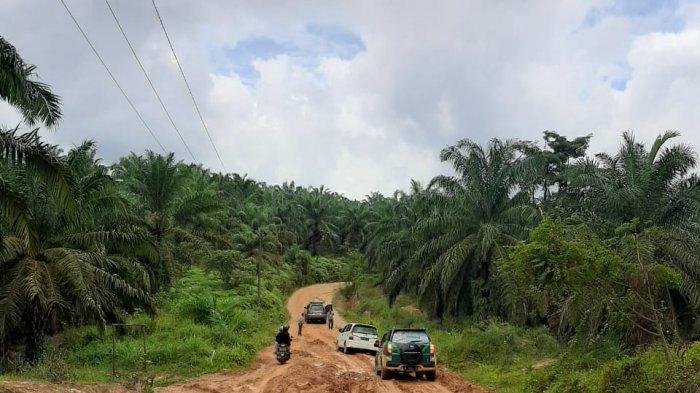 Kurang lebih 15 kilometer jalan poros milik Kabupaten di Kecamatan Bahar Selatan Kabupaten Muarojambi rusak dan berlumpur.