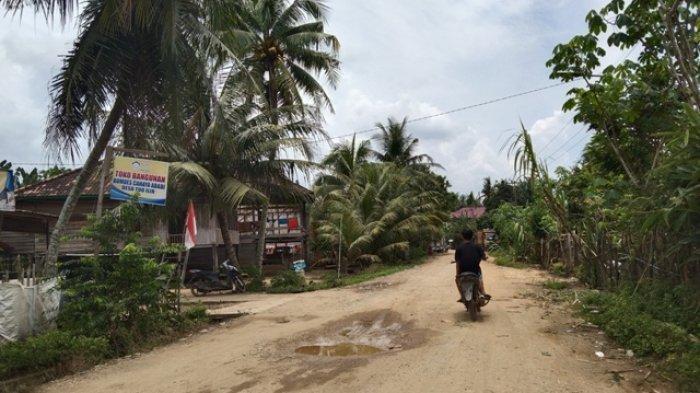 Jalan Rusak di Desa Tuo Ilir Tebo Hambat Perekonomian Warga