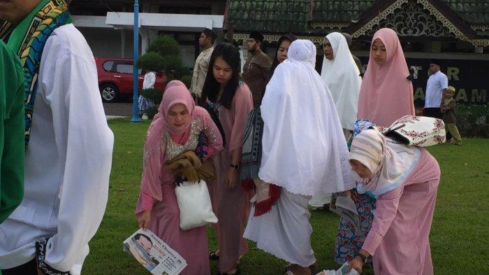 Masyarakat Bawa Tikar Dari Rumah, Suasana Salat Idul Fitri di Balai Kota