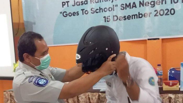 Jasa Raharja Jambi mengunjungi SMAN 10 Kota Jambi dalam rangkaian kegiatan rutinnya yakni Jasa Raharja Mengajar : Goes To School, Rabu (16/12).