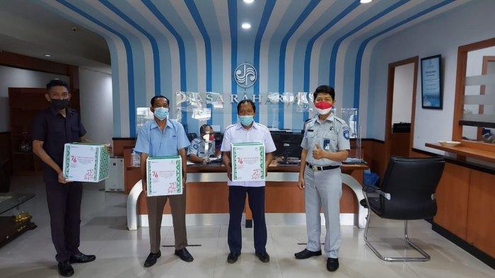 Jasa Raharja membagikan paket sembako kepada masyarakat terdampak Covid-19 di lingkungan kantor.