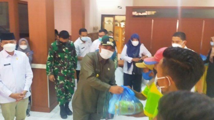 Jelang Lebaran Bupati Bungo Berikan 300 Paket Sembako untuk Petugas Kebersihan