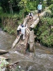 Jembatan Penyeberangan di Sungaipenuh Ambruk Saat Dicor, 2 Pekerja Jadi Korban