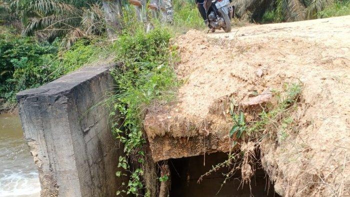 Jembatan penghubung antara Desa Suak Putat menuju Desa Tanjung Lanjut, Kecamatan Sekernan, Kabupaten Muarojambi terancam amblas