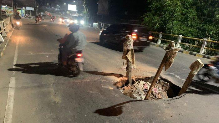 Warga Harus Waspada Melintas di Jembatan Jalan Gajah Mada Kota Jambi, Ada Lobang Besar