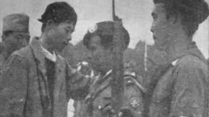 Jenderal Soedirman sedang menasihati Letnan Komaruddin sebelum Serangan 1 Maret 1949