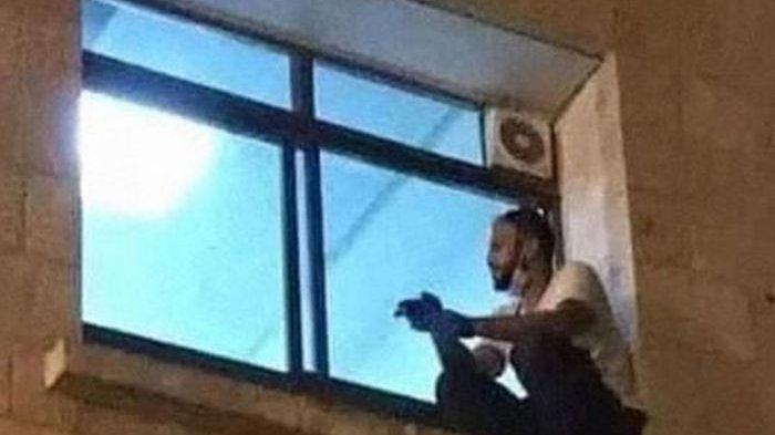 Mengharukan, Ini Cerita Asli Meme Pria Melihat Ibunya yang Terkena Corona Dari Jendela Rumah Sakit