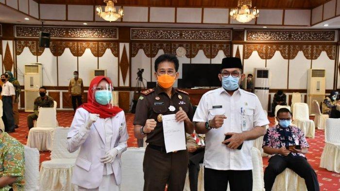 Kajati Jambi Johanis Tanak bersama Sekda Jambi Sudirman usai melakukan vaksinasi covid-19 Kamis, (28/1/2021)