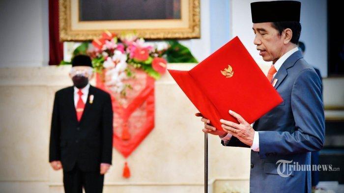 Presiden Joko Widodo didampingi Wakil Presiden Maruf Amin (kiri) melantik menteri dan wakil menteri Kabinet Indonesia Maju di Istana Negara, Jakarta, Rabu (23/12/2020). Presiden melantik enam menteri untuk menggantikan posisi menteri lama (reshuffle) dan lima wakil menteri, diantaranya Tri Rismaharini sebagai Menteri Sosial, Sakti Wahyu Trenggono sebagai Menteri Kelautan dan Perikanan, Yaqut Cholil Qoumas sebagai Menteri Agama, Budi Gunadi Sadikin sebagai Menteri Kesehatan, Sandiaga Salahudin Uno sebagai Menteri Pariwisata dan Ekonomi Kreatif serta M Lutfi sebagai Menteri Perdagangan.