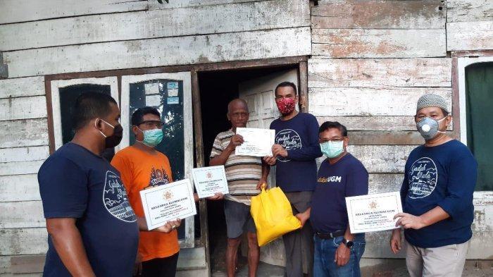 Kagama Jambi Serahkan Bantuan Sembako untuk Warga Terdampak Covid-19