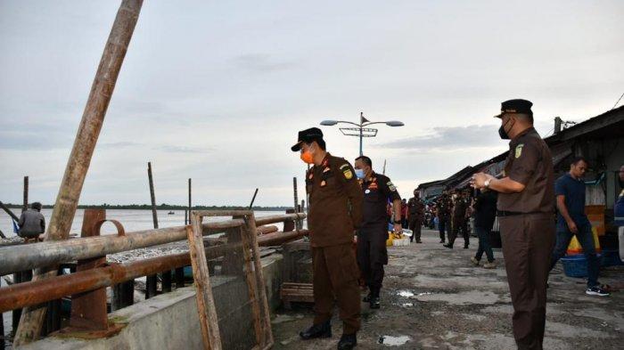 Kajati Jambi, Johanis Tanak saat berkunjung ke ke kampong nelayan di Kampung Laut