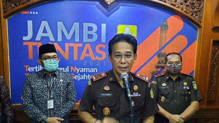 Kajati Jambi, Johanis Tanak saat sosialisasi pendampingan dan pengamanan refocusing anggaran penanganan Covid-19 di Provinsi Jambi.