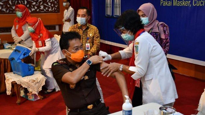 Kajati Jambi Johanis Tanak melakukan vaksinasi covid-19 Kamis, (28/1/2021)