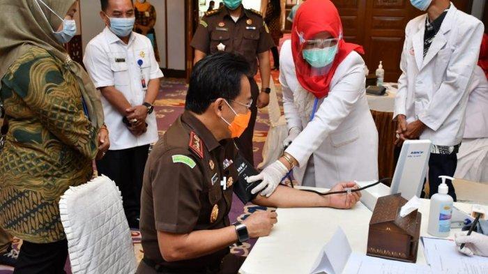Kajati Jambi Johanis Tanak melakukan pemeriksaan kesehatan sebelum vaksinasi covid-19 Kamis, (28/1/2021)