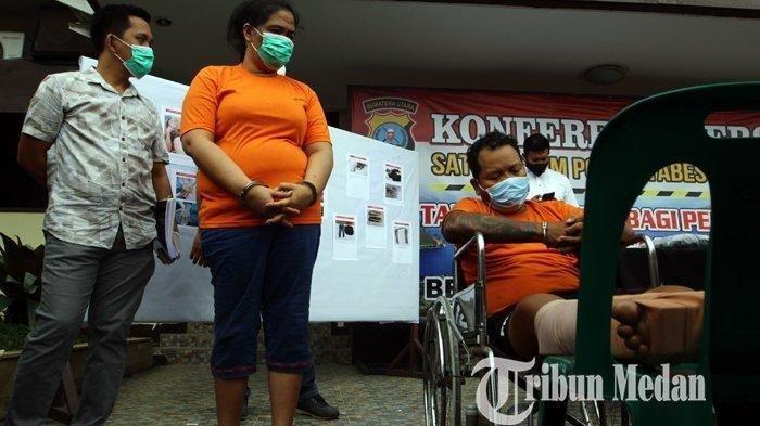 Dua tersangka dihadirkan saat gelar kasus penembakan anggota polisi di Mapolrestabes Medan, Selasa (3/11/2020). Polrestabes Medan berhasil mengamankan dua tersangka Kamiso dan Nina Wati beserta barang bukti.