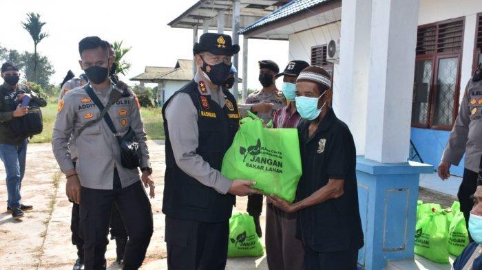Kapolda Jambi Bagikan 150 Paket Sembako ke Warga Terdampak Covid-19 di Parit Babeko Tanjabtim