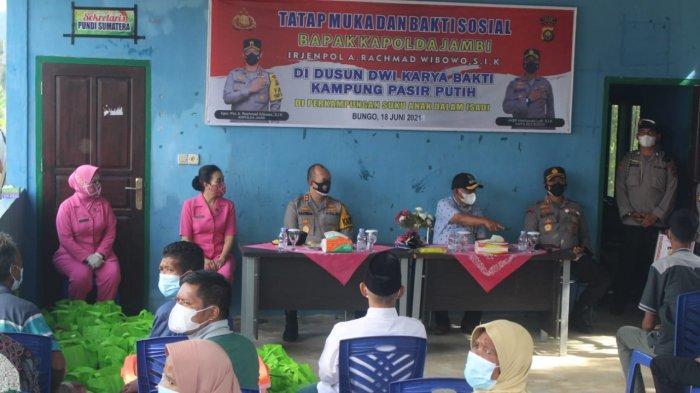 Kapolda Jambi Irjen Pol A Rachmad Wibowo berkunjung ke perkampungan Suku Anak Dalam (SAD) yang berada di Kampung Pasir Putih, Dusun Dwi Karya Bakti, Kecamatan Pelepat, Kabupaten Muaro Bungo, Sabtu (19/6/2021).