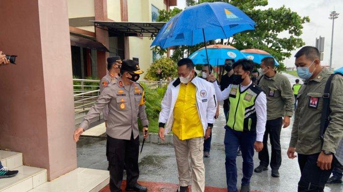 Kapolda Jambi, Irjen Pol A Rachmad Wibowo menyambut kedatangan Ketua MPR RI, Bambang Soesatyo di VIP Room Bandara Sultan Thaha Saifuddin, Kota Jambi, Sabtu (10/04/21).
