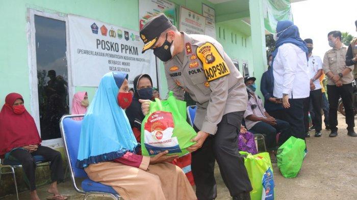 Kapolda Jambi Berikan Ratusan Paket Sembako Kepada Masyarakat Sekitar yang Terdampak Covid-19
